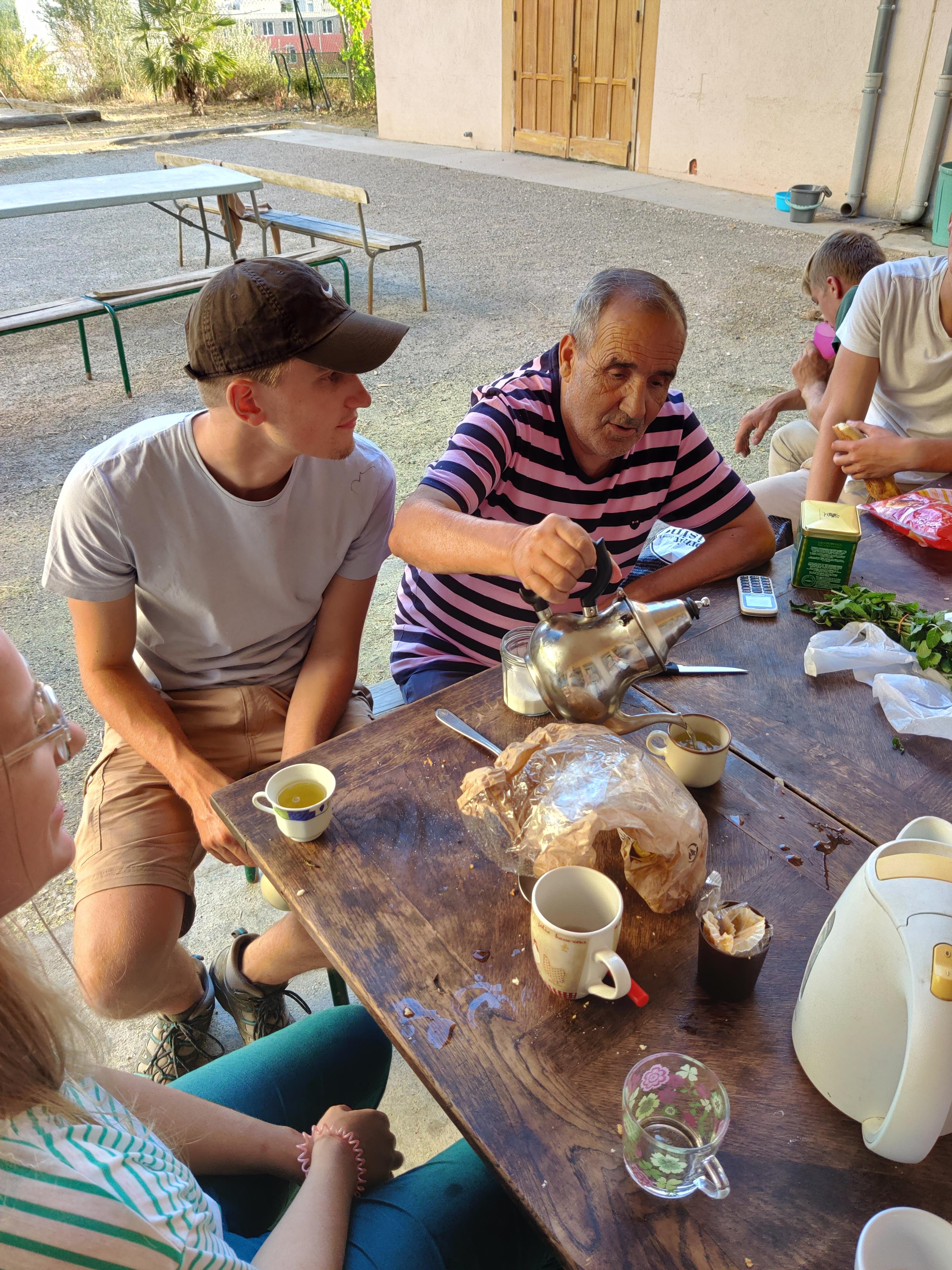 Serivce du thé avec Kader Massabielle quartiers nord Marseille