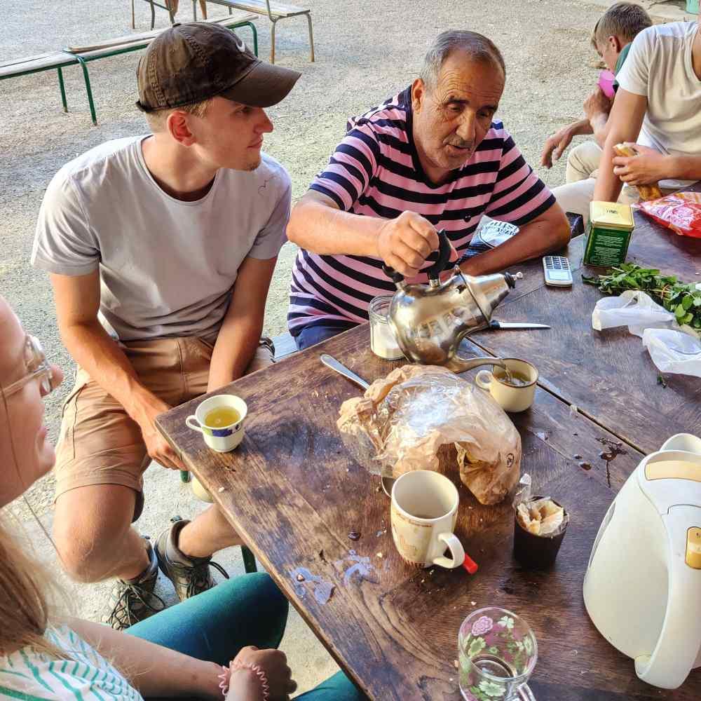 Echange avec Kader autour d'un thé accompagné de ses traditionnelles madeleines